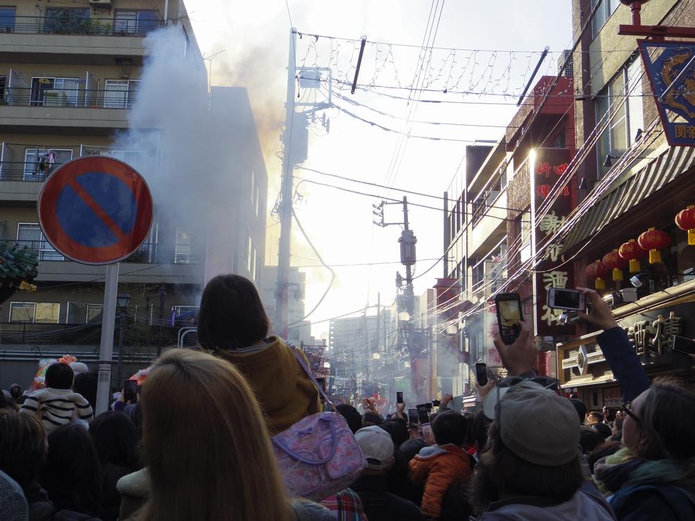 祝舞遊行の爆竹の煙